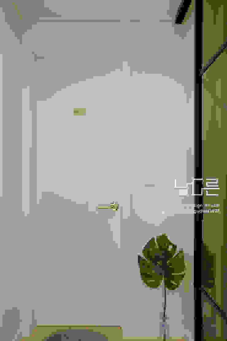 Livings modernos: Ideas, imágenes y decoración de 남다른디자인 Moderno