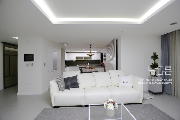 Modern living room by 남다른디자인 Modern