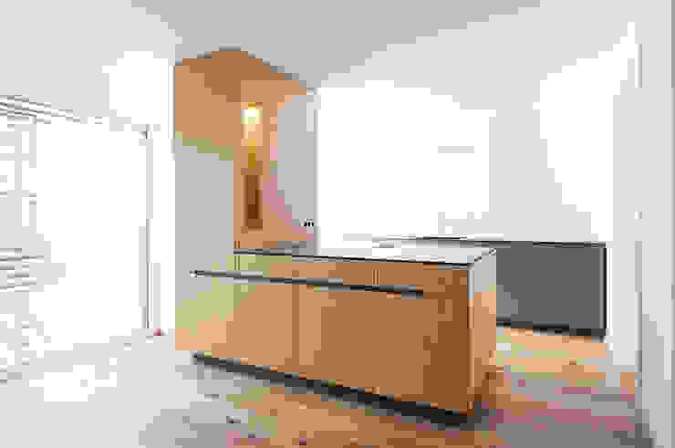 Einbauküche mit Insel in Eiche Hildinger und Koch Moderne Küchen Holz Grau