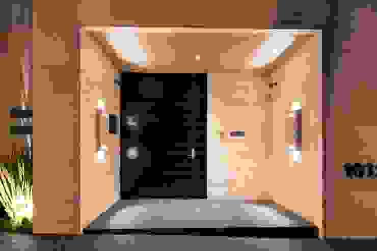 ACCESO Pasillos, vestíbulos y escaleras de estilo moderno de Rousseau Arquitectos Moderno