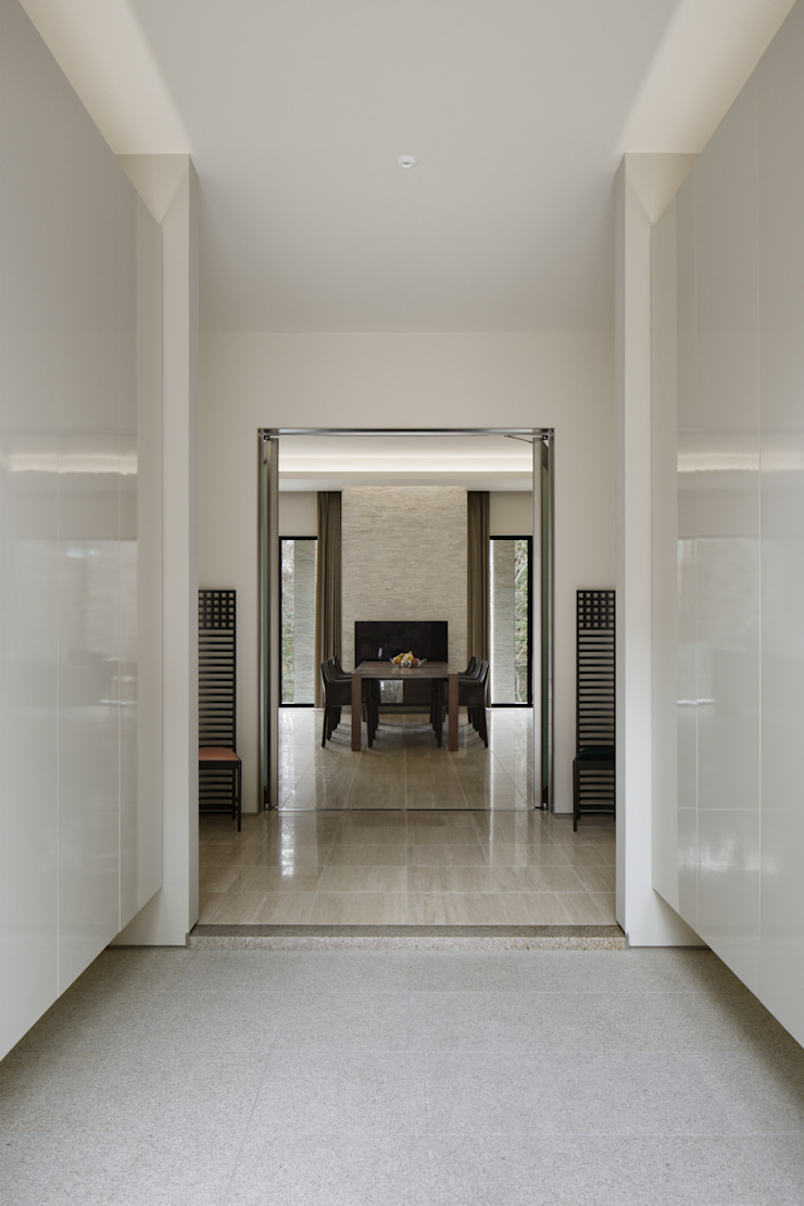 Entrance 久保田章敬建築研究所 Modern Corridor, Hallway and Staircase