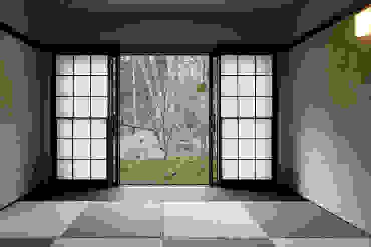 Tatami room Salas multimédia modernas por 久保田章敬建築研究所 Moderno