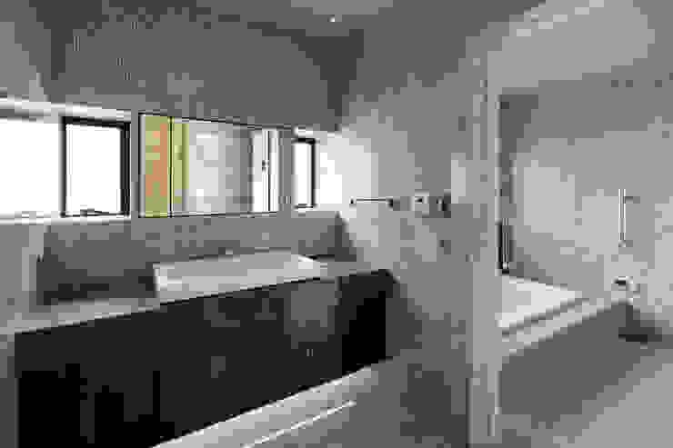 Bathroom Casas de banho modernas por 久保田章敬建築研究所 Moderno