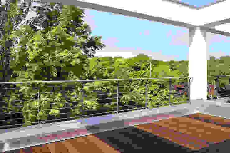 Dachterrasse büro13 architekten Moderner Balkon, Veranda & Terrasse