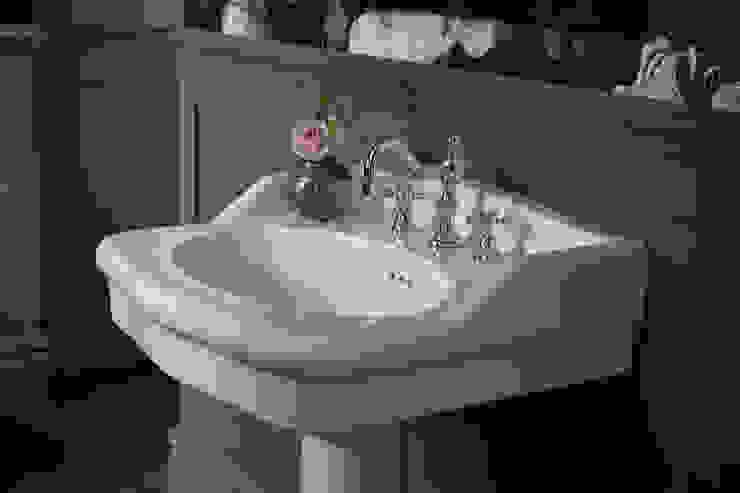 Victoria basin with Hartlebury 3 hole basin tap من Heritage Bathrooms كلاسيكي