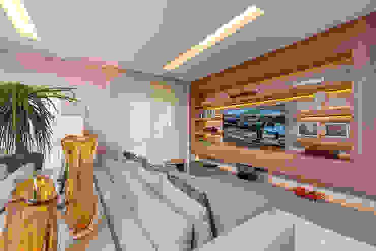 Izilda Moraes Arquitetura ห้องนั่งเล่นชั้นวางทีวีและตู้วางทีวี