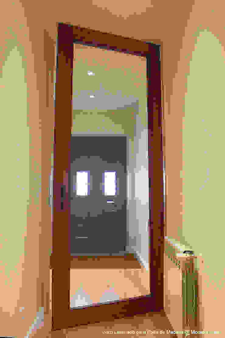 Sovinorte Pasillos, vestíbulos y escaleras de estilo moderno Vidrio Acabado en madera