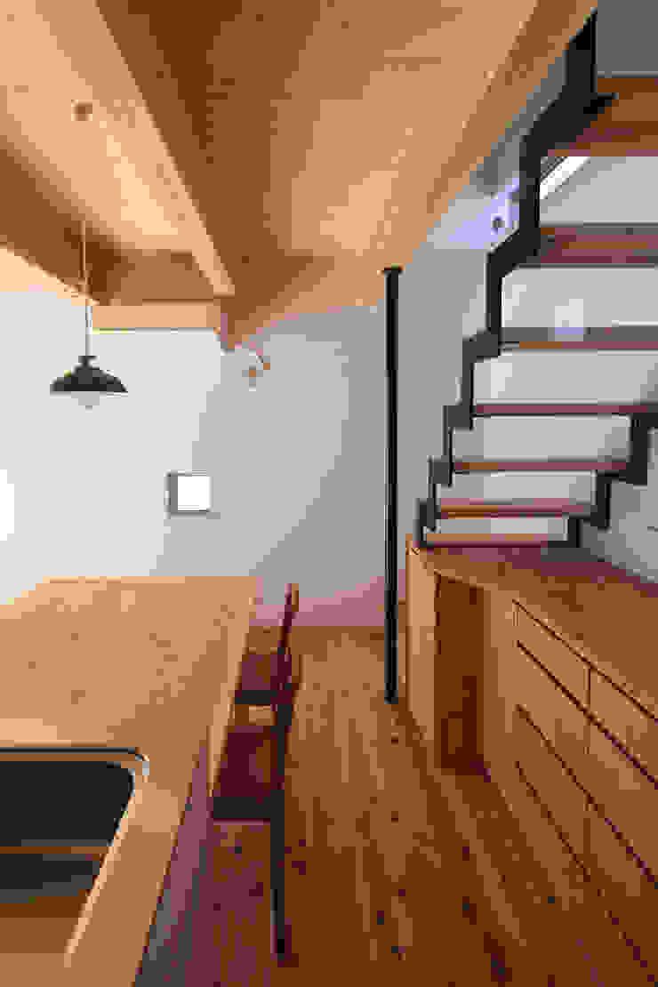 Rustic style corridor, hallway & stairs by 芦田成人建築設計事務所 Rustic Iron/Steel