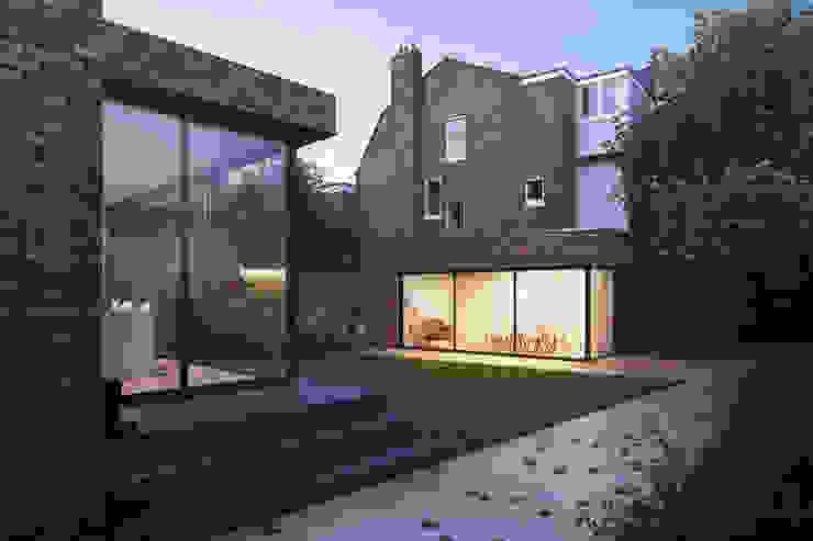 Garden Studio:   by Amos Goldreich Architecture,
