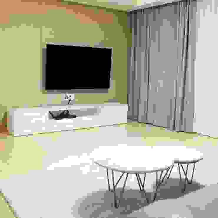 곡선 파이프 골드스틸 테이블-비앙코카라라-지름700xH400mm,지름500xH350mm 모던스타일 거실 by MARBLEHOLIC 모던