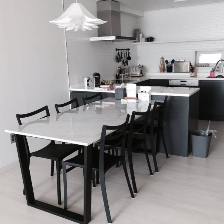 사다리꼴 블랙스틸 테이블-비앙코카라라-900x1800,H750mm 모던스타일 다이닝 룸 by MARBLEHOLIC 모던