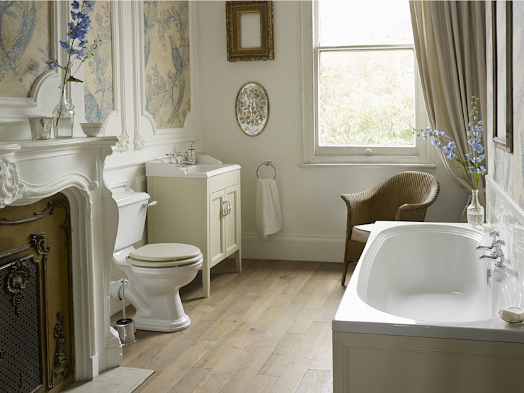 Dorchester suite with fitted bath Classic style bathroom by Heritage Bathrooms Classic