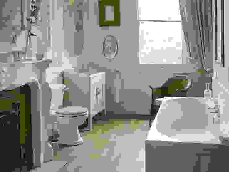 Dorchester suite with fitted bath من Heritage Bathrooms كلاسيكي