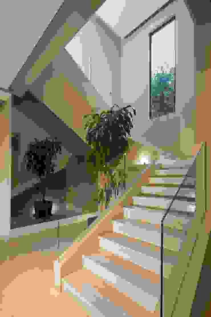 VESTÍBULO Pasillos, vestíbulos y escaleras modernos de Rousseau Arquitectos Moderno