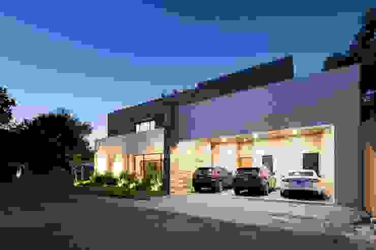 COCHERA: Garajes de estilo  por Rousseau Arquitectos, Moderno