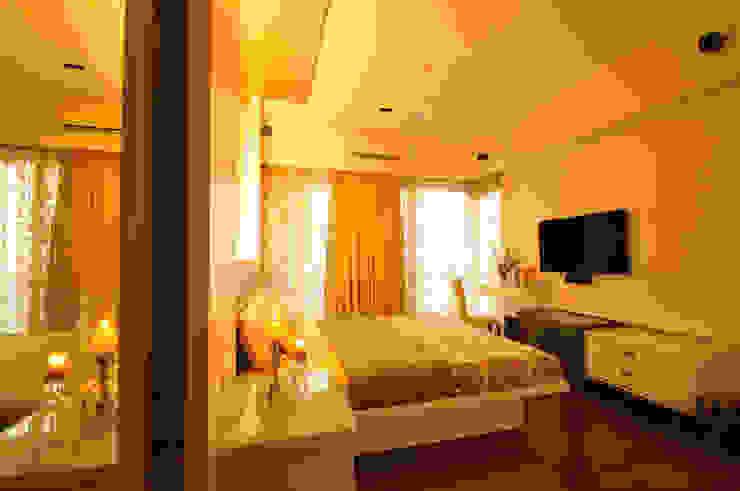 sewri residence Minimalist bedroom by Karyam Designs Minimalist Engineered Wood Transparent