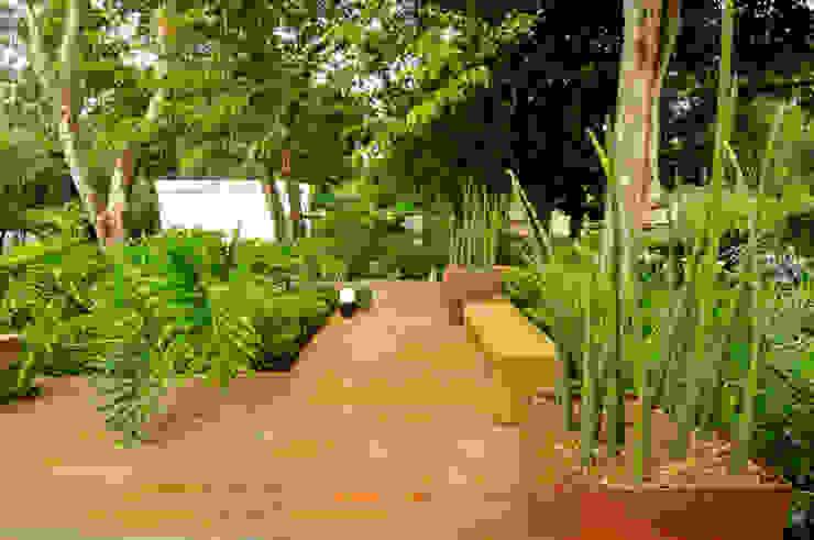 Tropical style garden by Rafaela Novaes Paisagismo Tropical Wood Wood effect
