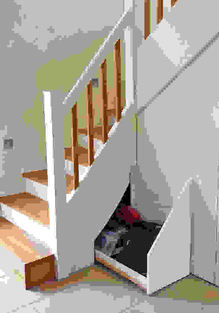 Treppenunterbau mit kleiner Schublade Schreinerei & Innenausbau Fuchslocher Moderner Flur, Diele & Treppenhaus