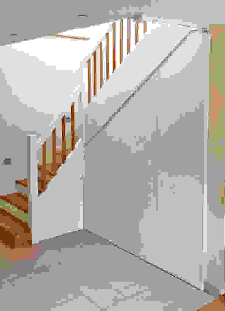 Holztreppe mit Treppenunterbau Schreinerei & Innenausbau Fuchslocher Moderner Flur, Diele & Treppenhaus