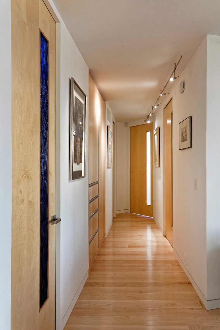 Contemporary Washington, DC Condominium Renovation BOWA - Design Build Experts 現代風玄關、走廊與階梯