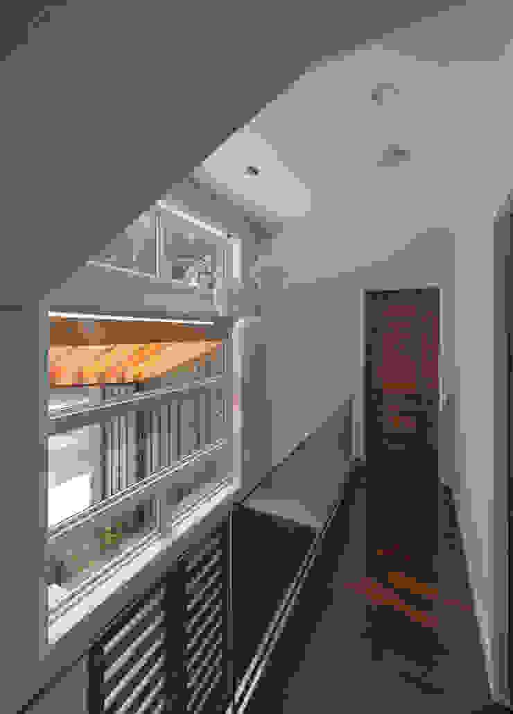 ARCHI-TEXTUAL, PLLC Pasillos, vestíbulos y escaleras modernos