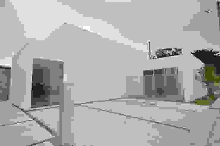 Дома в стиле модерн от 門一級建築士事務所 Модерн