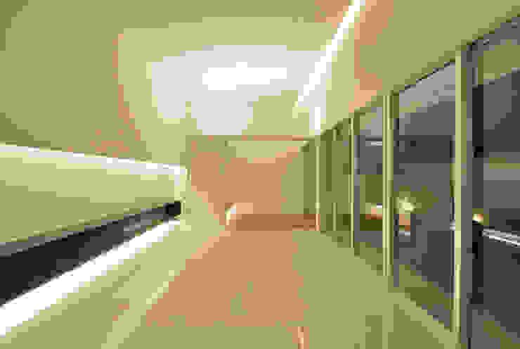 Salones de estilo moderno de 門一級建築士事務所 Moderno