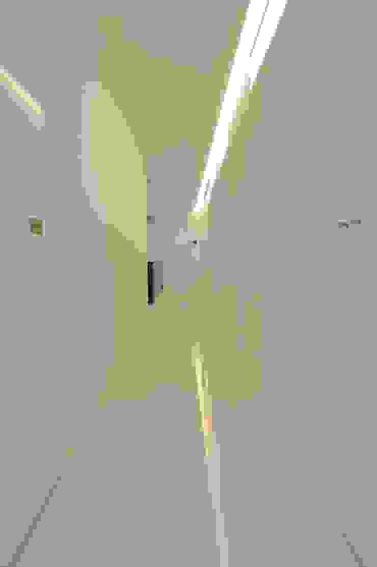 Modern Corridor, Hallway and Staircase by 門一級建築士事務所 Modern