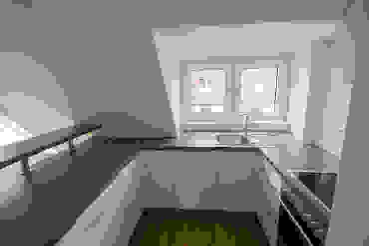 Offene Küche ANKELIETZKE Innenarchitektin Moderne Küchen Holzspanplatte Grau