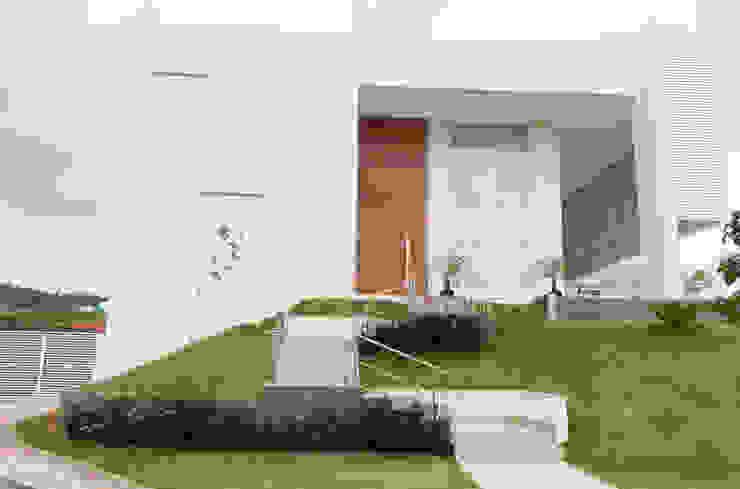 Rumah Modern Oleh Araujo Moraes Engenharia Arquitetura Modern Aluminium/Seng