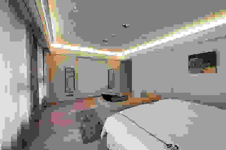 Dormitorios de estilo moderno de 汎羽空間設計 Moderno