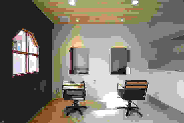 Oficinas y tiendas de estilo rústico de TRANSFORM 株式会社シーエーティ Rústico