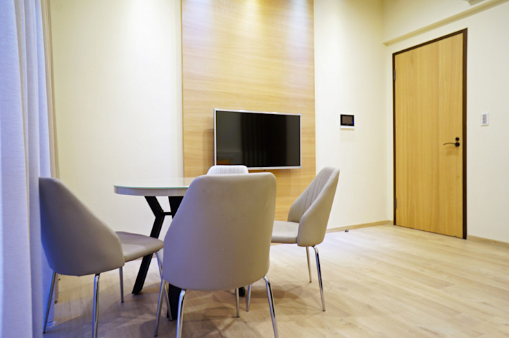 Modern Study Room and Home Office by ISQ 質の木系統家具 Modern