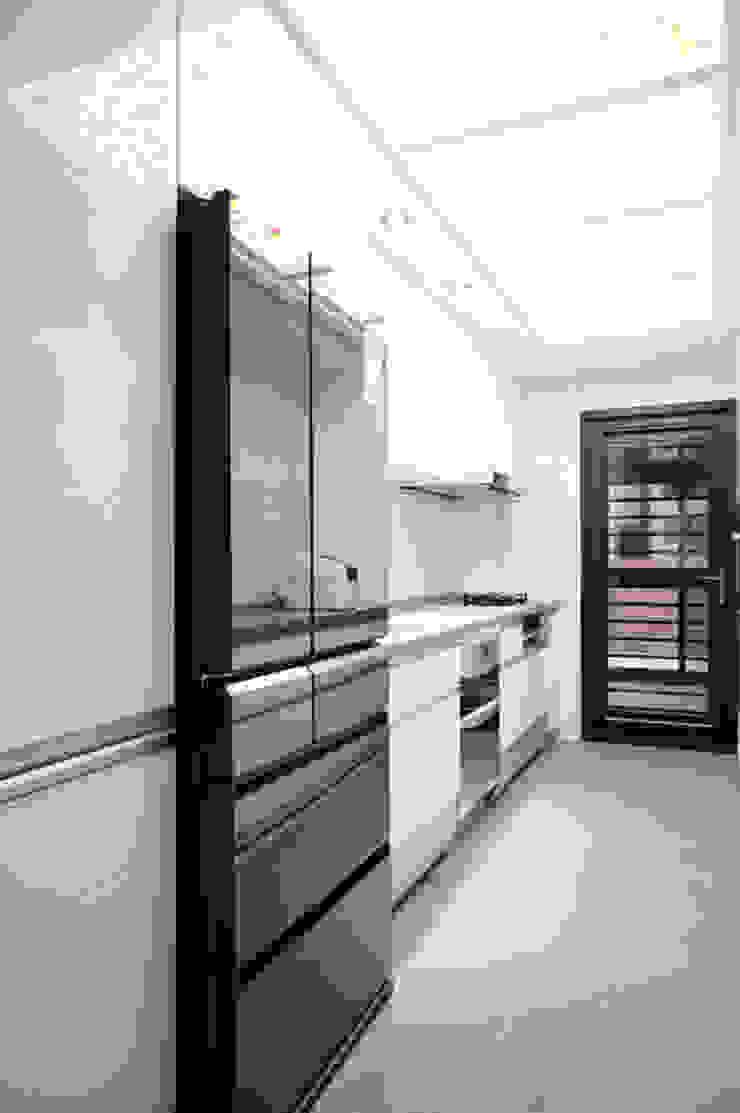 Modern Kitchen by ISQ 質の木系統家具 Modern
