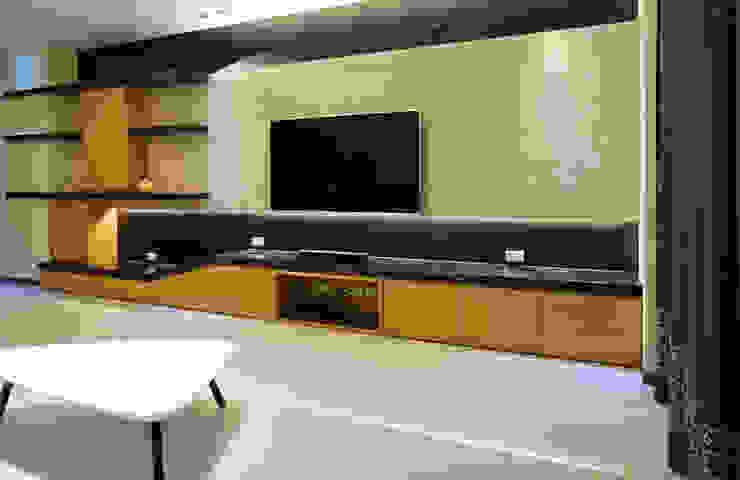 Modern Living Room by ISQ 質の木系統家具 Modern