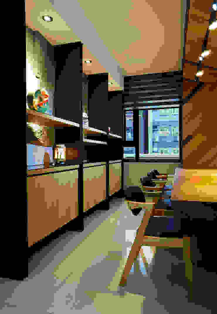 Modern Dining Room by ISQ 質の木系統家具 Modern