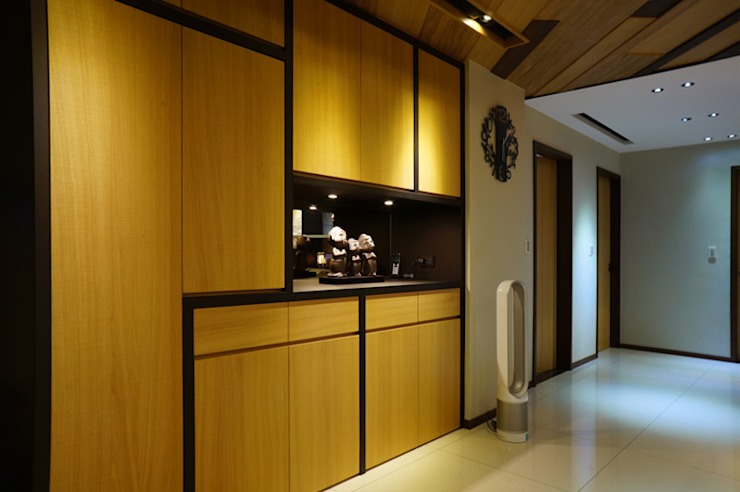 Modern Corridor, Hallway and Staircase by ISQ 質の木系統家具 Modern