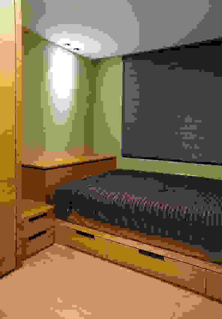 Modern Bedroom by ISQ 質の木系統家具 Modern