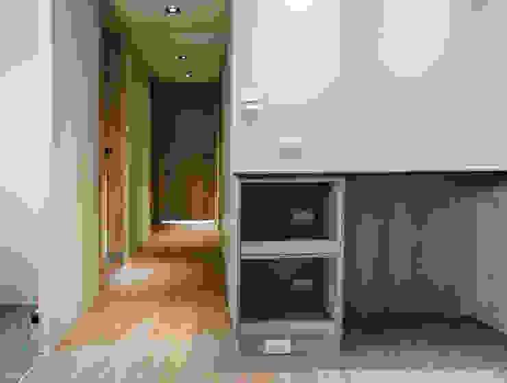 ห้องโถงทางเดินและบันไดสมัยใหม่ โดย ISQ 質の木系統家具 โมเดิร์น