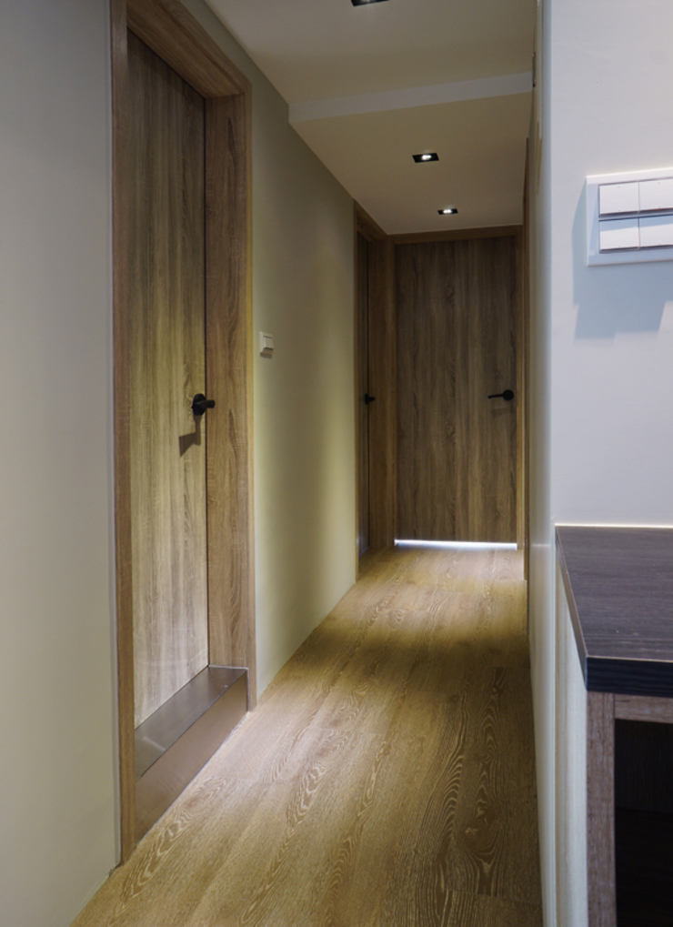 Pasillos, vestíbulos y escaleras modernos de ISQ 質の木系統家具 Moderno