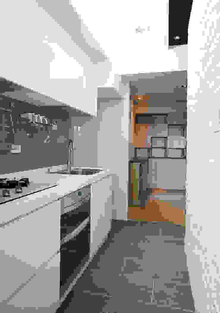Cocinas modernas: Ideas, imágenes y decoración de ISQ 質の木系統家具 Moderno