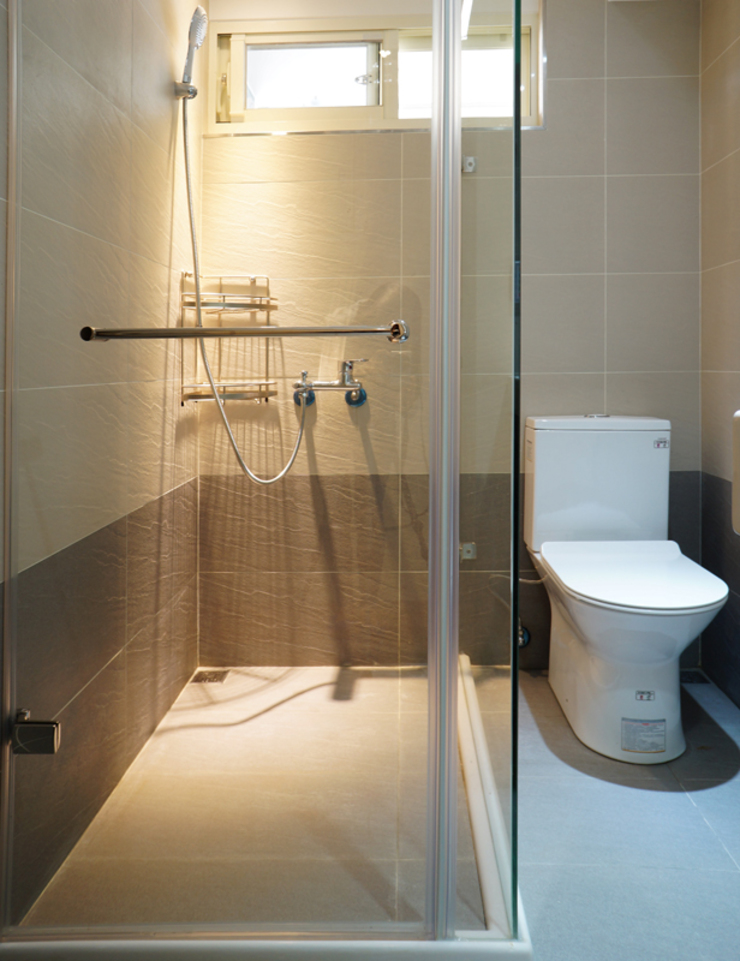 Baños modernos de ISQ 質の木系統家具 Moderno