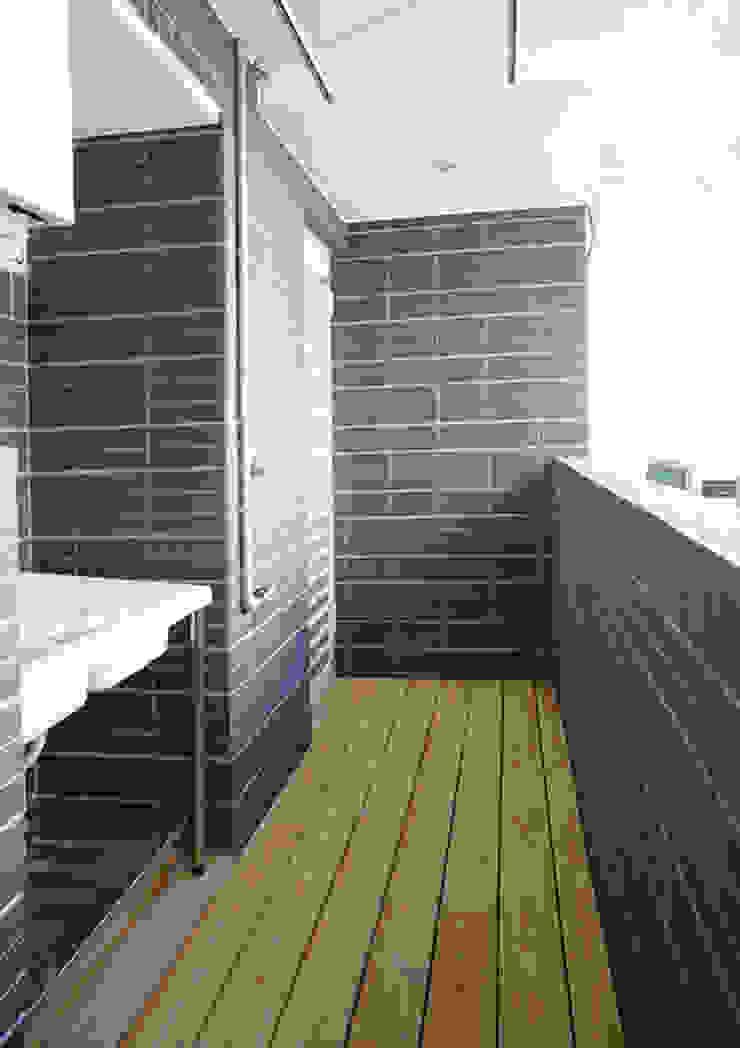 Varandas, marquises e terraços modernos por ISQ 質の木系統家具 Moderno