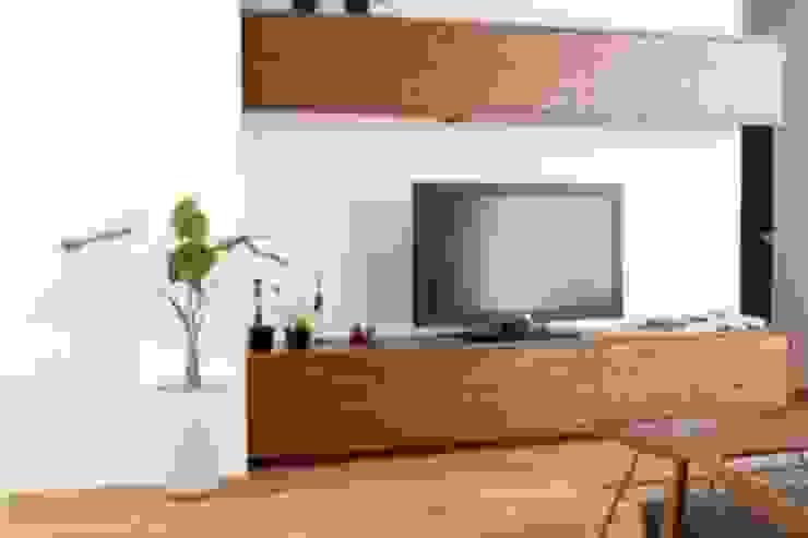 """H HOUSE """"TV Borad"""": コト が手掛けた現代のです。,モダン 木 木目調"""