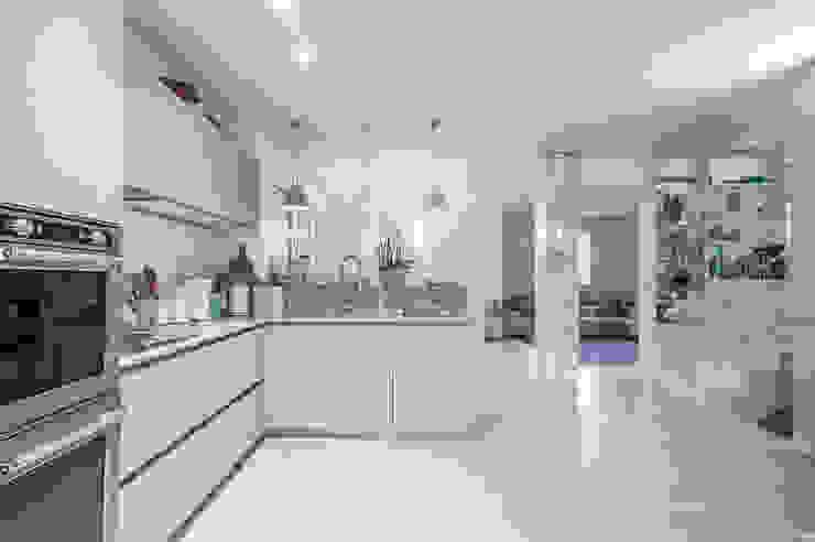 Modern kitchen by STUDIO PISANI Modern