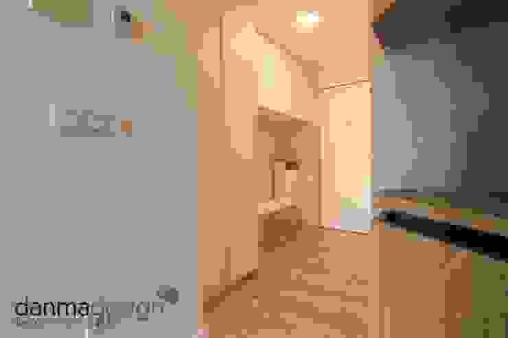 Entrada Pasillos, vestíbulos y escaleras de estilo escandinavo de Danma Design Escandinavo