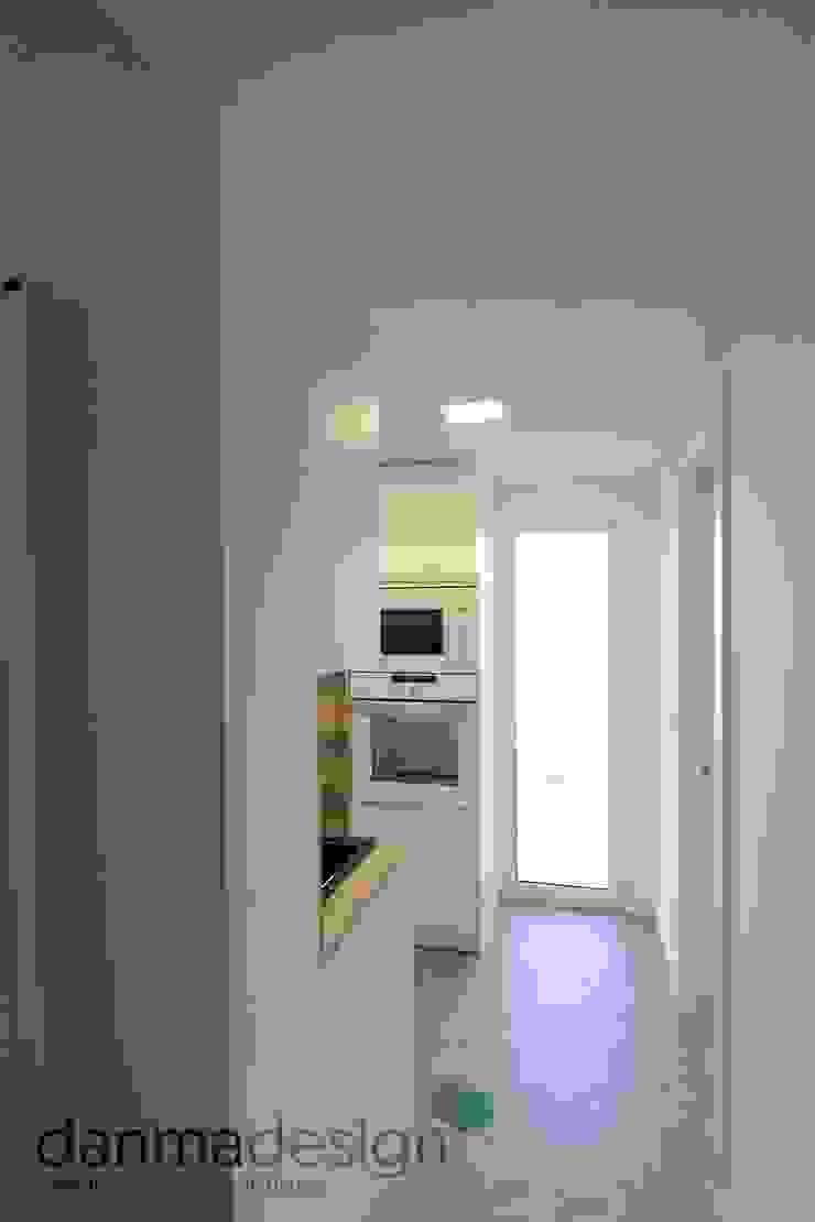 Apartamento Nórdico Pasillos, vestíbulos y escaleras de estilo escandinavo de Danma Design Escandinavo