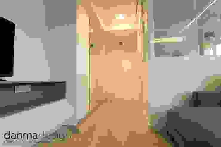 Apartamento Nórdico Vestidores de estilo escandinavo de Danma Design Escandinavo