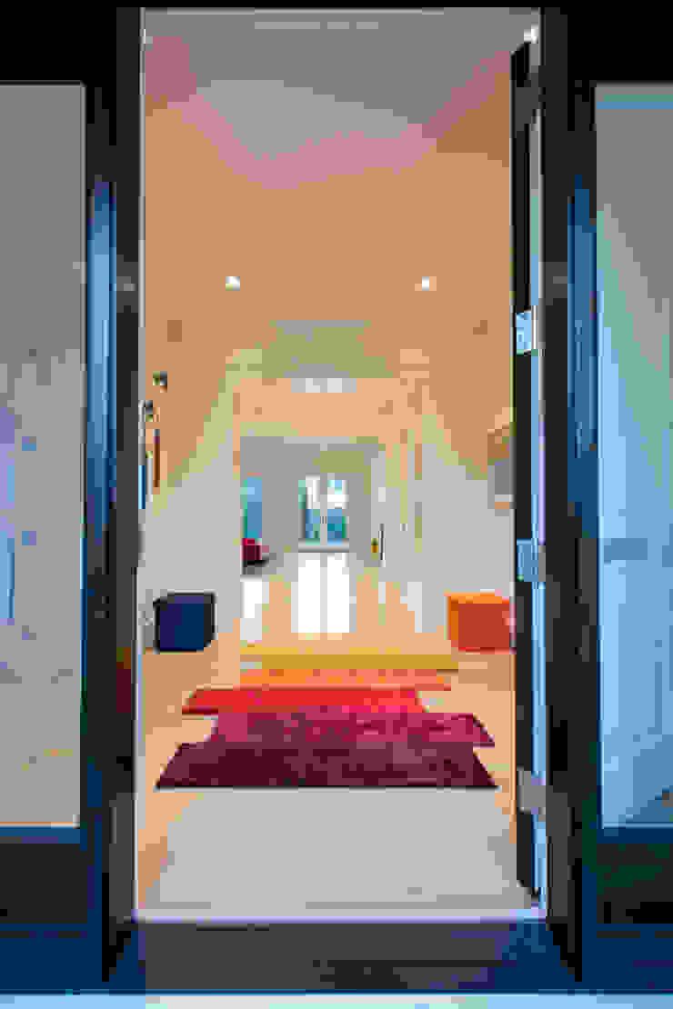FORMA Design Inc. 現代風玄關、走廊與階梯