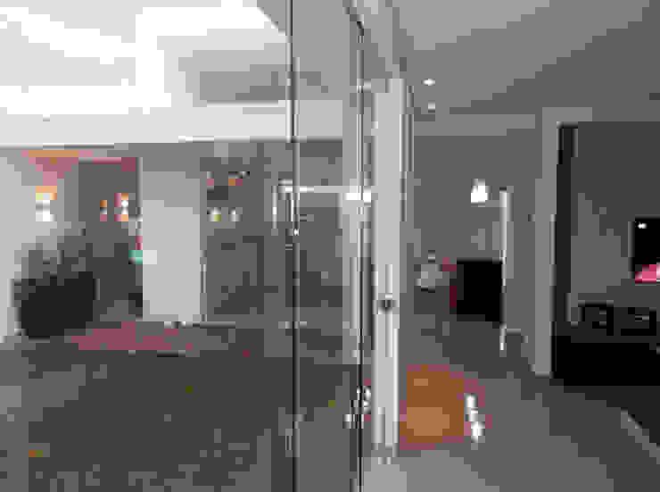 Minimalistischer Flur, Diele & Treppenhaus von D' Freitas Arquitetura Minimalistisch